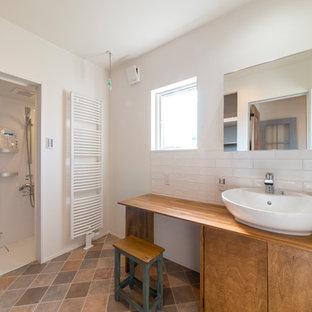 他の地域, のコンテンポラリースタイルのおしゃれなバスルーム (浴槽なし) (中間色木目調キャビネット、白い壁、ベッセル式洗面器、木製洗面台、茶色い床、フラットパネル扉のキャビネット、アルコーブ型シャワー、白いタイル、開き戸のシャワー) の写真
