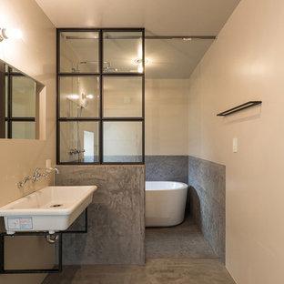 横浜のビーチスタイルの浴室・バスルームの画像 (置き型浴槽、白い壁、コンクリートの床、壁付け型シンク、オープンシャワー)