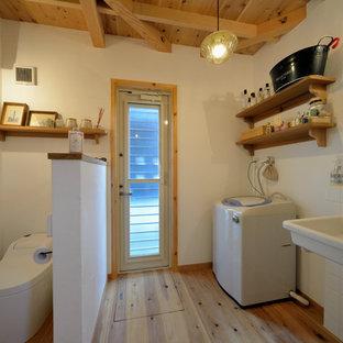 他の地域のアジアンスタイルのおしゃれな浴室 (白い壁、無垢フローリング、壁付け型シンク、茶色い床) の写真