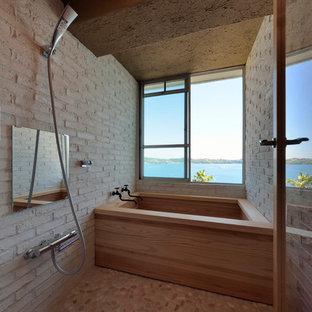 Ejemplo de cuarto de baño rural con bañera esquinera, ducha abierta, paredes blancas, suelo multicolor y ducha abierta