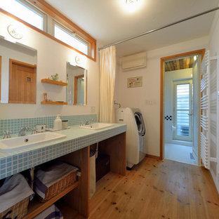 他の地域のアジアンスタイルのおしゃれな浴室 (オープンシェルフ、中間色木目調キャビネット、白い壁、無垢フローリング、茶色い床) の写真