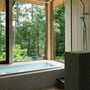 Immagine di una stanza da bagno etnica con vasca ad alcova