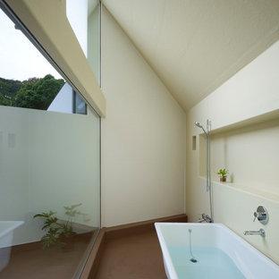 東京23区のコンテンポラリースタイルのおしゃれな浴室 (置き型浴槽、オープン型シャワー、ベージュの壁、茶色い床、オープンシャワー) の写真