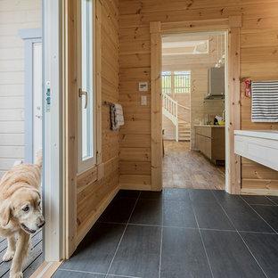 他の地域の北欧スタイルのおしゃれな浴室 (落し込みパネル扉のキャビネット、白いキャビネット、茶色い壁、一体型シンク、黒い床) の写真