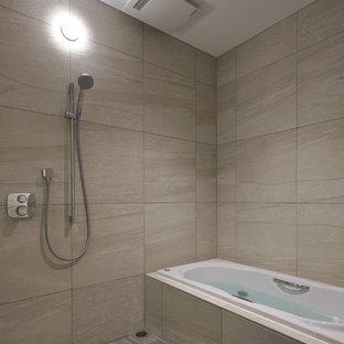 他の地域のモダンスタイルのおしゃれな浴室 (コーナー型浴槽、オープン型シャワー、ベージュの壁、グレーの床、オープンシャワー) の写真