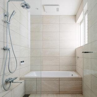 東京都下のモダンスタイルのおしゃれな浴室 (コーナー型浴槽、ベージュのタイル、ベージュの壁、ベージュの床) の写真