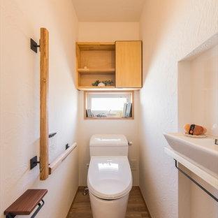 横浜のアジアンスタイルのおしゃれな浴室 (白い壁、無垢フローリング、茶色い床) の写真