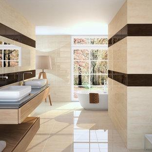 他の地域の和風のおしゃれな浴室 (ベージュのタイル、セラミックタイル、セラミックタイルの床、オープンシェルフ、置き型浴槽、ベージュの壁、ベッセル式洗面器) の写真