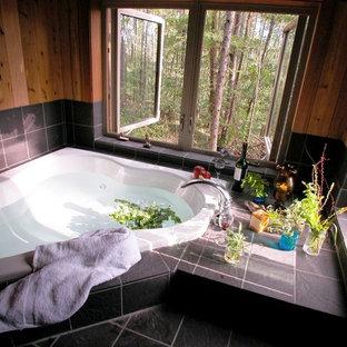Ejemplo de cuarto de baño principal, rural, con jacuzzi, baldosas y/o azulejos grises y suelo de baldosas de cerámica