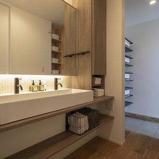 他の地域のアジアンスタイルのおしゃれな浴室 (白いタイル、モザイクタイル、無垢フローリング、ベッセル式洗面器、茶色い床、ブラウンの洗面カウンター) の写真