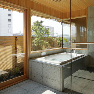 名古屋の和風のおしゃれな浴室 (コーナー型浴槽、オープン型シャワー、マルチカラーの壁、グレーの床、オープンシャワー) の写真