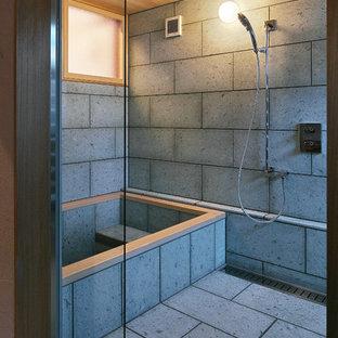 他の地域のトラディショナルスタイルのおしゃれな浴室 (コーナー型浴槽、オープン型シャワー、グレーの壁、グレーの床、オープンシャワー) の写真