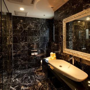 Ispirazione per una stanza da bagno padronale design con doccia a filo pavimento, WC monopezzo, piastrelle nere, pareti nere, lavabo a bacinella, pavimento in marmo e top nero