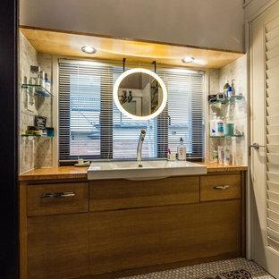 東京都下のビーチスタイルの浴室・バスルームの画像 (フラットパネル扉のキャビネット、中間色木目調キャビネット、オーバーカウンターシンク、マルチカラーの床)