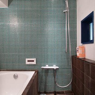 Стильный дизайн: главная ванная комната среднего размера в стиле лофт с полновстраиваемой ванной, душем в нише, зеленой плиткой, стеклянной плиткой и фиолетовыми стенами - последний тренд