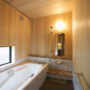 他の地域の和風のおしゃれな浴室 (コーナー型浴槽、オープン型シャワー、茶色い壁、グレーの床、オープンシャワー) の写真