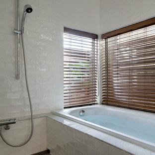 他の地域の中サイズの北欧スタイルのおしゃれなマスターバスルーム (ガラス扉のキャビネット、白いタイル、ガラスタイル、白い壁、大理石の床、グレーの床) の写真