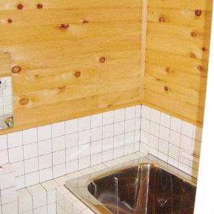 Esempio di una stanza da bagno padronale di medie dimensioni con ante in stile shaker, vasca giapponese, vasca/doccia, piastrelle bianche, piastrelle in gres porcellanato e pavimento in sughero