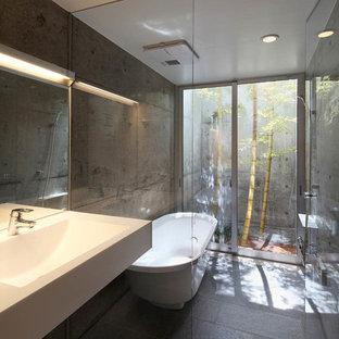 他の地域, のアジアンスタイルの浴室の写真 (置き型浴槽、グレーの床)