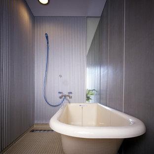 Foto de cuarto de baño principal, minimalista, de tamaño medio, sin sin inodoro, con bañera exenta, baldosas y/o azulejos naranja, baldosas y/o azulejos de porcelana, paredes grises, suelo de baldosas de porcelana, suelo naranja y ducha abierta