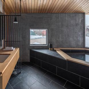 東京23区の中くらいのコンテンポラリースタイルのおしゃれなマスターバスルーム (フラットパネル扉のキャビネット、中間色木目調キャビネット、大型浴槽、オープン型シャワー、グレーのタイル、アンダーカウンター洗面器、木製洗面台、黒い床、ベージュのカウンター、フローティング洗面台、板張り天井) の写真
