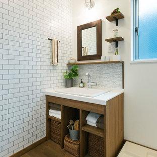 他の地域のインダストリアルスタイルのおしゃれな浴室 (オープンシェルフ、白いタイル、白い壁、無垢フローリング、茶色い床、白い洗面カウンター) の写真