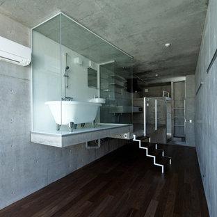 東京23区のモダンスタイルのおしゃれな浴室 (置き型浴槽、オープン型シャワー、グレーの壁、茶色い床) の写真