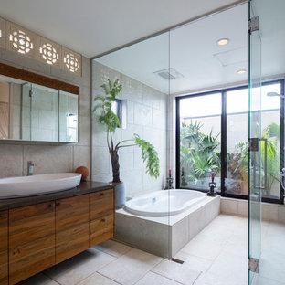 Bild på ett orientaliskt en-suite badrum, med ett fristående handfat, släta luckor, skåp i mellenmörkt trä, ett platsbyggt badkar, beige kakel och beige väggar