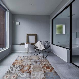 名古屋のコンテンポラリースタイルのおしゃれな浴室 (コーナー型浴槽、グレーの壁、コンクリートの床、グレーの床) の写真
