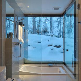 Diseño de cuarto de baño moderno con bañera encastrada, ducha a ras de suelo, sanitario de una pieza, baldosas y/o azulejos blancos y ducha con puerta con bisagras