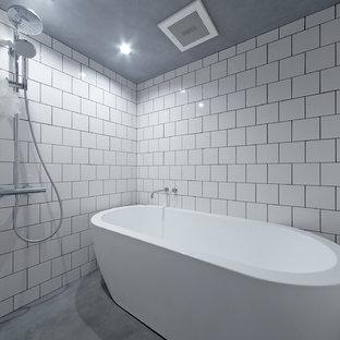 大阪の小さいインダストリアルスタイルのおしゃれな浴室 (置き型浴槽、オープン型シャワー、白い壁、コンクリートの床、グレーの床、オープンシャワー) の写真