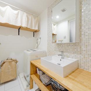 Modelo de cuarto de baño asiático, de tamaño medio, con armarios abiertos, puertas de armario marrones, paredes blancas, lavabo sobreencimera, encimera de madera y suelo blanco