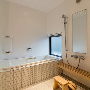 他の地域のビーチスタイルのおしゃれなマスターバスルーム (コーナー型浴槽、オープン型シャワー、白い壁、オープンシャワー、白いタイル、磁器タイル、磁器タイルの床、白い床) の写真