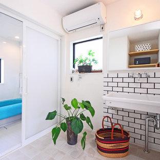 他の地域のインダストリアルスタイルの浴室・バスルームの画像 (白い壁、コンソール型シンク、ベージュの床)