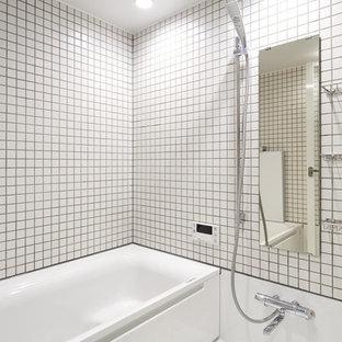 他の地域のインダストリアルスタイルのおしゃれなマスターバスルーム (白いタイル、磁器タイル、白い壁、白い床) の写真