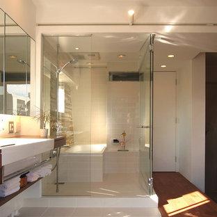 Modernes Badezimmer mit Eckbadewanne, offener Dusche, weißer Wandfarbe, braunem Holzboden, braunem Boden und offener Dusche in Tokio
