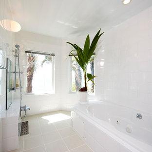 他の地域, の地中海スタイルのおしゃれな浴室 (コーナー型浴槽、オープン型シャワー、白い壁、ベージュの床) の写真