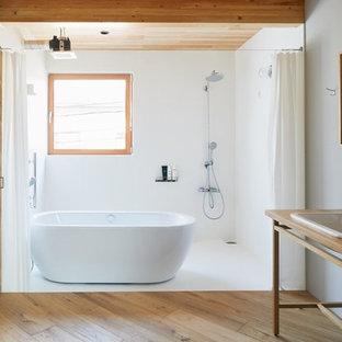 東京都下の小さいモダンスタイルのおしゃれな浴室 (木製洗面台、置き型浴槽、オープン型シャワー、白い壁、無垢フローリング、オーバーカウンターシンク、白い床、シャワーカーテン) の写真