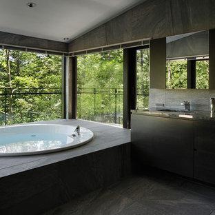 他の地域のモダンスタイルのおしゃれな浴室 (フラットパネル扉のキャビネット、黒いキャビネット、ドロップイン型浴槽、アンダーカウンター洗面器) の写真