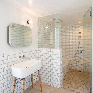 他の地域の小さいコンテンポラリースタイルのおしゃれなマスターバスルーム (白いタイル、白い壁、横長型シンク、ベージュの床、セラミックタイル、磁器タイルの床) の写真
