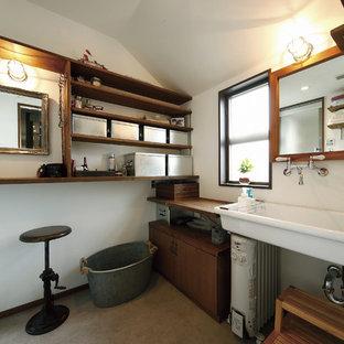 東京都下のインダストリアルスタイルのおしゃれな浴室 (白い壁、コンクリートの床、壁付け型シンク、グレーの床、フラットパネル扉のキャビネット、茶色いキャビネット) の写真