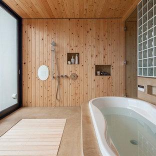 Idee per una stanza da bagno padronale etnica con vasca da incasso, doccia aperta, pareti marroni, pavimento beige e doccia aperta