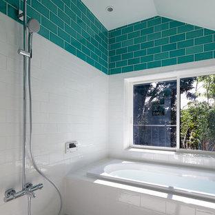 他の地域のモダンスタイルのおしゃれな浴室 (コーナー型浴槽、オープン型シャワー、オープンシャワー) の写真