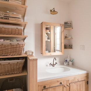 大阪のカントリー風おしゃれな浴室 (フラットパネル扉のキャビネット、淡色木目調キャビネット、白いタイル、白い壁、アンダーカウンター洗面器) の写真