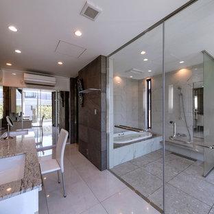 名古屋のヴィクトリアン調のおしゃれな浴室 (コーナー型浴槽、オープン型シャワー、グレーの壁、大理石の床、オーバーカウンターシンク、大理石の洗面台、グレーの床、オープンシャワー、ブラウンの洗面カウンター) の写真