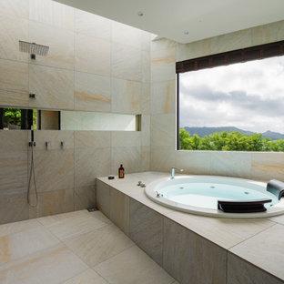 Modelo de cuarto de baño principal, asiático, grande, con armarios abiertos, puertas de armario beige, baldosas y/o azulejos beige, baldosas y/o azulejos de porcelana, encimera de terrazo y encimeras beige