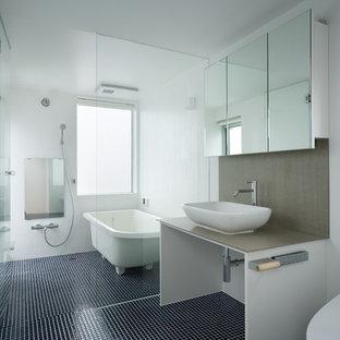 東京23区のモダンスタイルのおしゃれな浴室 (置き型浴槽、オープン型シャワー、白い壁、ベッセル式洗面器、青い床、オープンシャワー) の写真