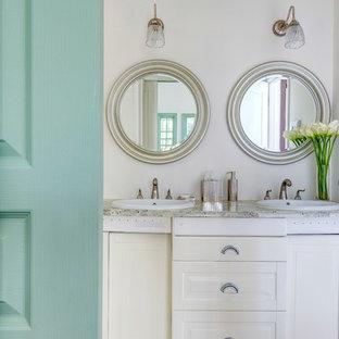 東京都下のトランジショナルスタイルのおしゃれな浴室 (落し込みパネル扉のキャビネット、白いキャビネット、白い壁、オーバーカウンターシンク、大理石の洗面台、ベージュの床) の写真