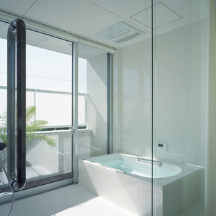 Foto de cuarto de baño principal, moderno, con bañera esquinera y paredes blancas