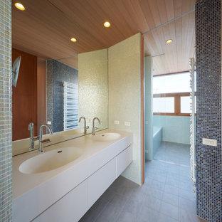 東京23区のコンテンポラリースタイルのおしゃれな浴室 (フラットパネル扉のキャビネット、白いキャビネット、ドロップイン型浴槽、バリアフリー、グレーのタイル、モザイクタイル、グレーの壁、一体型シンク、グレーの床、オープンシャワー、白い洗面カウンター) の写真